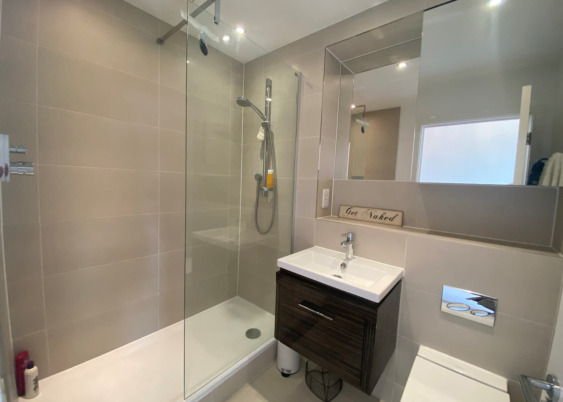 Apartment B235 bathroom